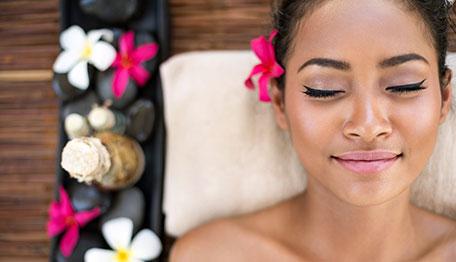 Femme relaxée après un massage aux huiles essentielles