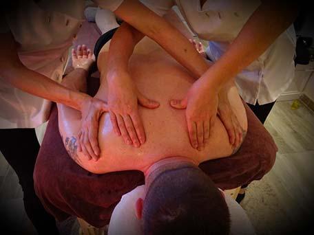 En août 2019 j'ai rencontré Delphine alors que l'on allait travailler toutes les deux au même endroit. Nous nous sommes tout de suite « connectées ». Et pour cause ! Nous avons le même amour de notre travail et la même vision des choses dans le domaine du bien-être. En septembre, après plusieurs séances ensemble, nos esprits se sont rencontrés sur une idée commune : le massage à 4 mains. à Anduze