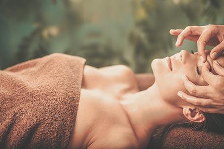 Massage relaxant de la nuque, du visage et du cuir chevelu